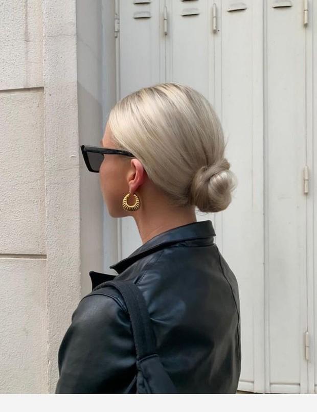 Low bun hairstyle bisa dilakukan dengan berbagai cara.