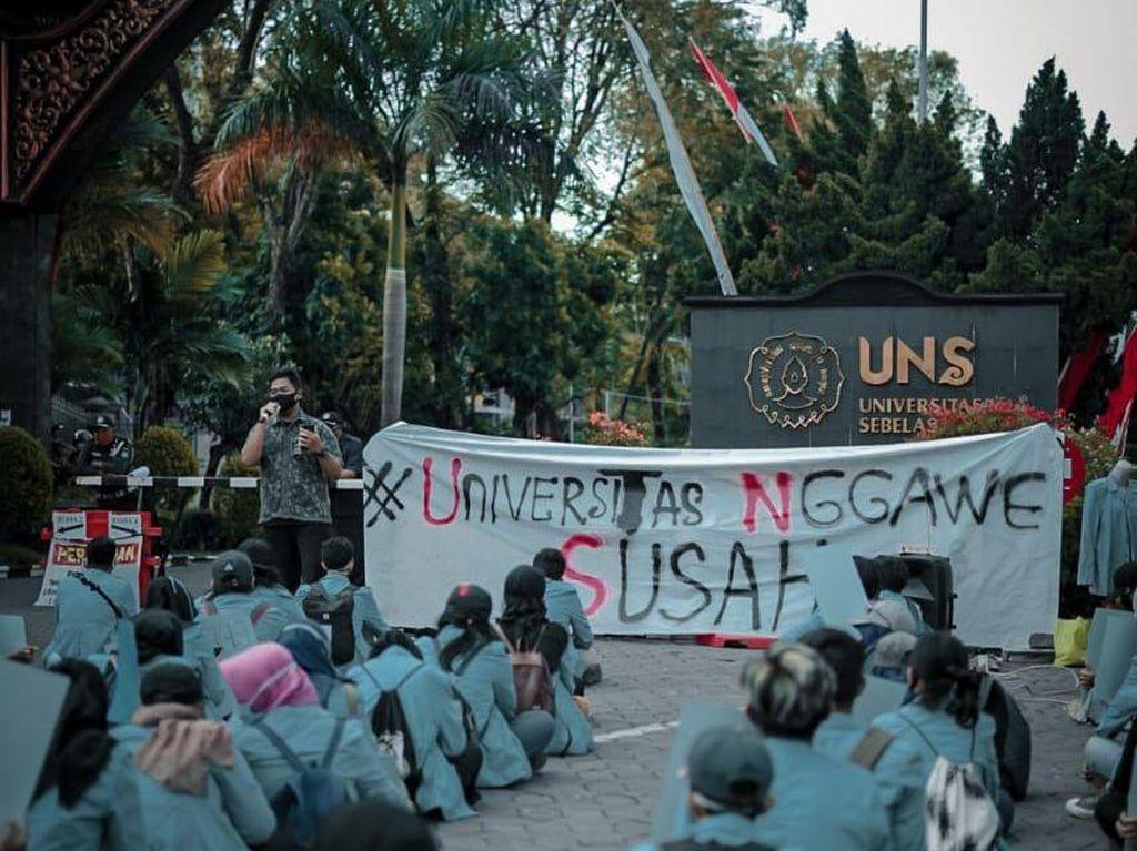 Demo #UniversitasNggaweSusah di UNS Terapkan Physical Distancing
