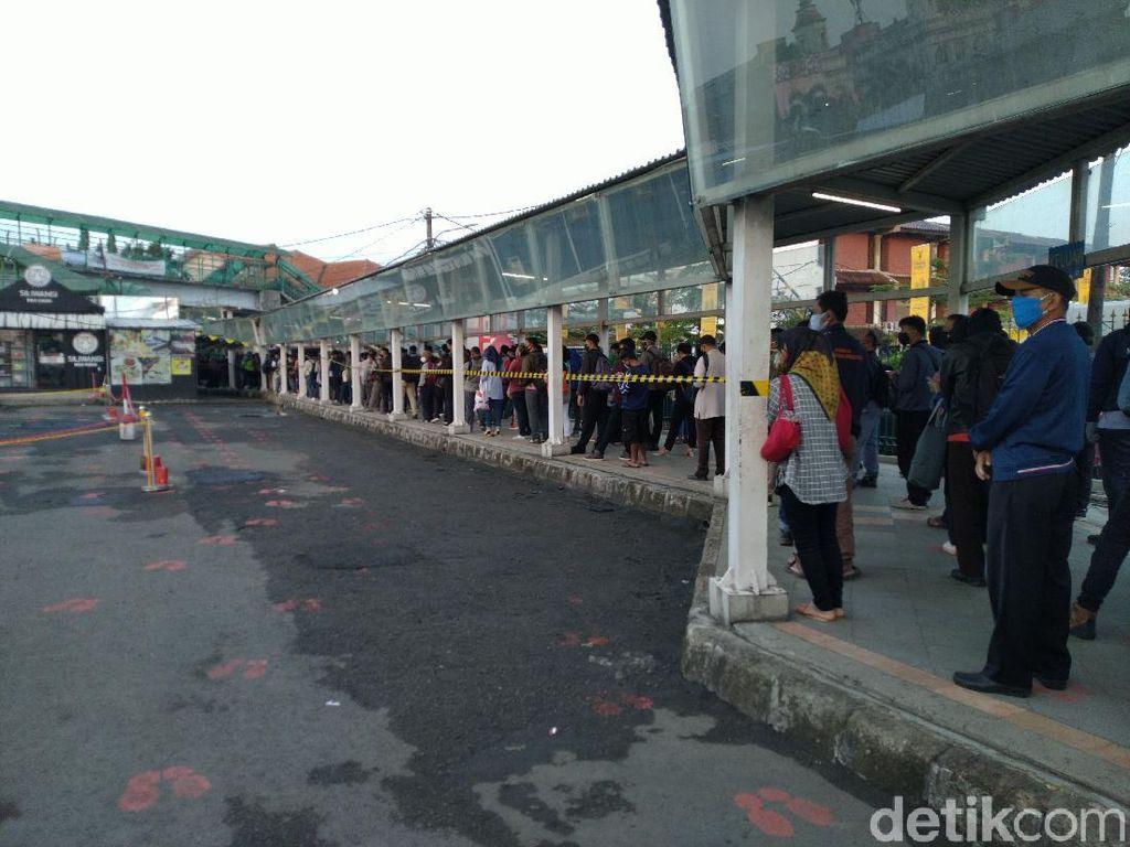 Calon Penumpang KRL di Stasiun Bogor Antre sampai Koridor