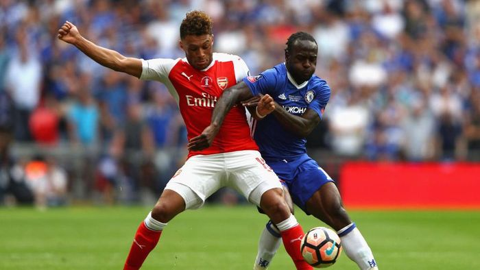 LONDON, ENGLAND - MAY 27:  Alex Oxlade-Chamberlain of Arsenal and Victor Moses of Chelsea battle for the ball during The Emirates FA Cup Final between Arsenal and Chelsea at Wembley Stadium on May 27, 2017 in London, England.  (Photo by Ian Walton/Getty Images)
