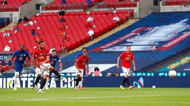 LONDON, ENGLAND - JULY 19: Bruno Fernandes of Manchester United scores his sides first goal from the penalty spot during the FA Cup Semi Final match between Manchester United and Chelsea at Wembley Stadium on July 19, 2020 in London, England. Football Stadiums around Europe remain empty due to the Coronavirus Pandemic as Government social distancing laws prohibit fans inside venues resulting in all fixtures being played behind closed doors. (Photo by Alastair Grant/Pool via Getty Images)