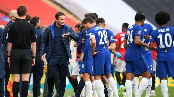 LONDON, ENGLAND - JULY 19: Frank Lampard, Manager of Chelsea speaks to his team during a drinks break during the FA Cup Semi Final match between Manchester United and Chelsea at Wembley Stadium on July 19, 2020 in London, England. Football Stadiums around Europe remain empty due to the Coronavirus Pandemic as Government social distancing laws prohibit fans inside venues resulting in all fixtures being played behind closed doors. (Photo by Andy Rain/Pool via Getty Images)