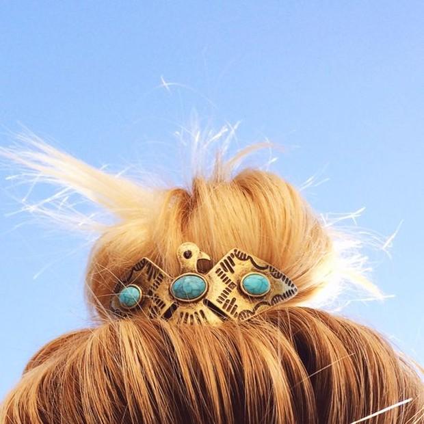 Tampilan kasual akan terkesan formal jika memakai aksesoris pada rambut.