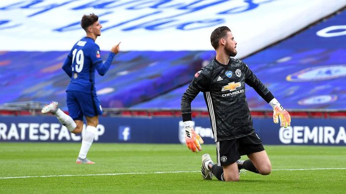LONDON, ENGLAND - JULY 19: David De Gea of Manchester United fails to save the goal from Mason Mount of Chelsea as he celebrates  after scoring his teams second goal during the FA Cup Semi Final match between Manchester United and Chelsea at Wembley Stadium on July 19, 2020 in London, England. Football Stadiums around Europe remain empty due to the Coronavirus Pandemic as Government social distancing laws prohibit fans inside venues resulting in all fixtures being played behind closed doors. (Photo by Andy Rain/Pool via Getty Images)
