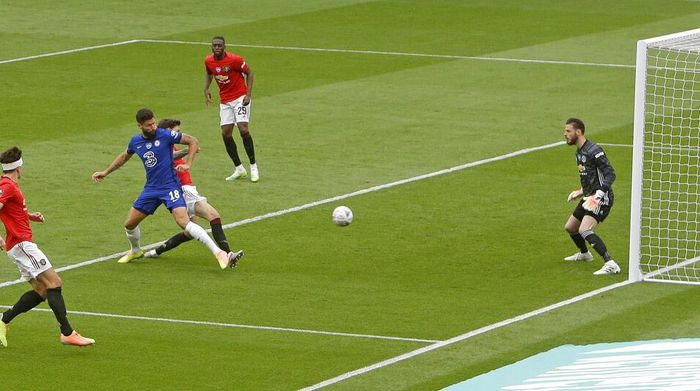 Chelseas Olivier Giroud scores the opening goal during the English FA Cup semifinal soccer match between Chelsea and Manchester United at Wembley Stadium in London, England, Sunday, July 19, 2020. (AP Photo/Alastair Grant, Pool)