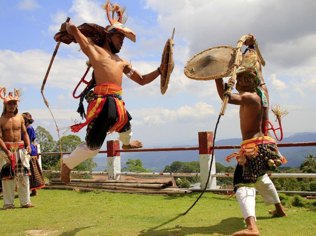 Menikmati Tarian Caci di Desa Wisata Liang Ndara