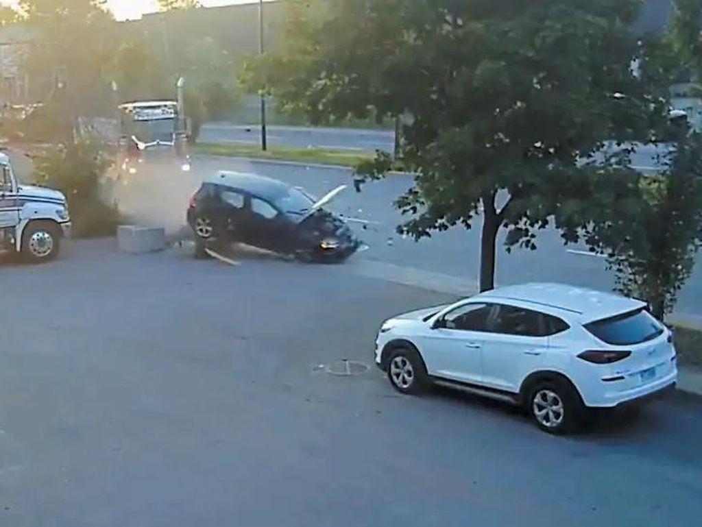 Duh! Truk Derek Mau Parkir Malah Ditabrak Dua Mobil yang Kebut-kebutan