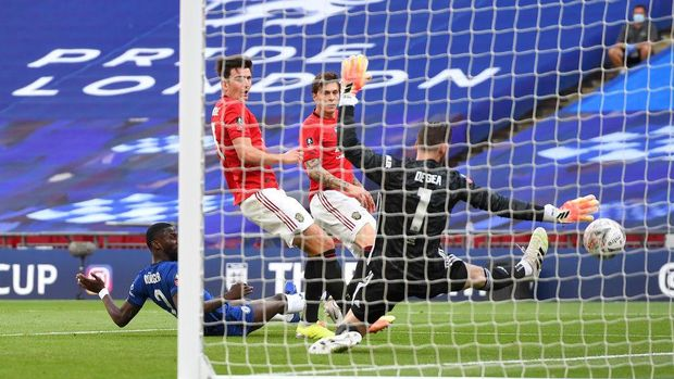 LONDON, ENGLAND - JULY 19: Antonio Rudiger of Chelsea challenges for the ball and Harry Maguire of Manchester United scores an own goal to lead to Chelsea third goal during the FA Cup Semi Final match between Manchester United and Chelsea at Wembley Stadium on July 19, 2020 in London, England. Football Stadiums around Europe remain empty due to the Coronavirus Pandemic as Government social distancing laws prohibit fans inside venues resulting in all fixtures being played behind closed doors. (Photo by Andy Rain/Pool via Getty Images)
