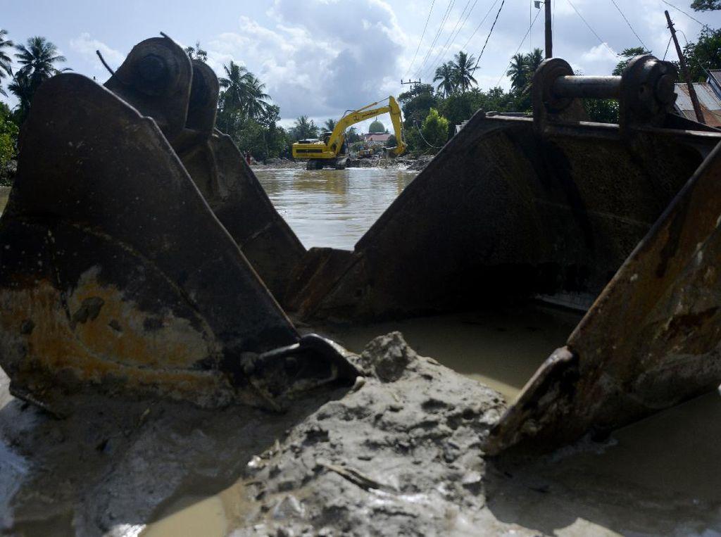 Pengerukan Lumpur Sisa Banjir Bandang di Luwu Utara
