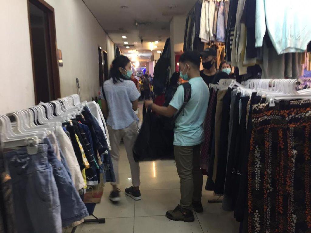 Masih Ada Pengunjung Belanja Pakai Kantong Plastik di Pasar Senen Jakpus