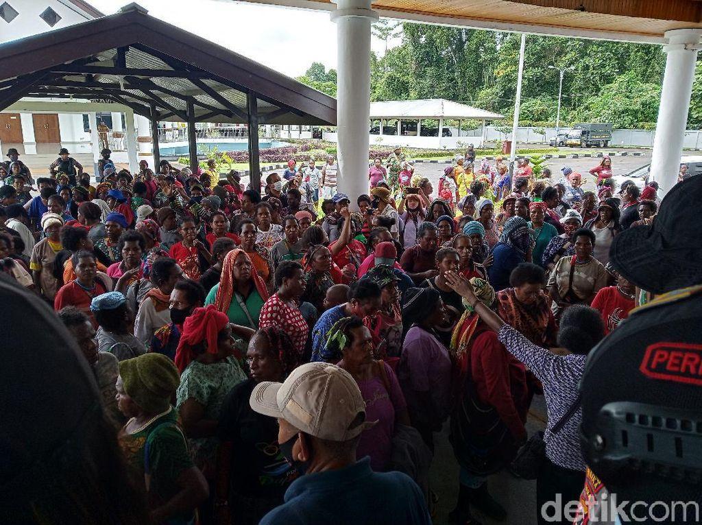 Ratusan Mama Pedagang Demo DPRD Mimika, Tagih Janji Transportasi
