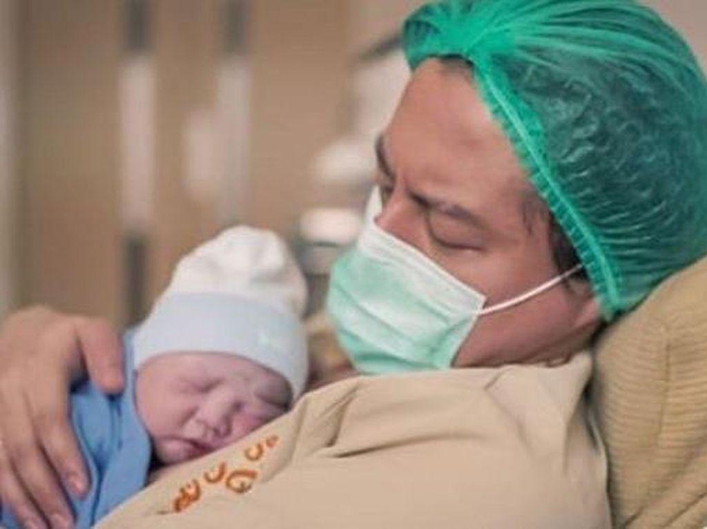 Cara Roger Danuarta Gendong Bayi Bikin Dokter Kaget