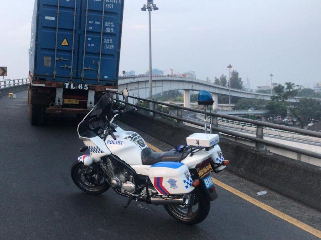 Kontainer Mogok di Tol Layang Tomang, Lalin Sempat Dialihkan