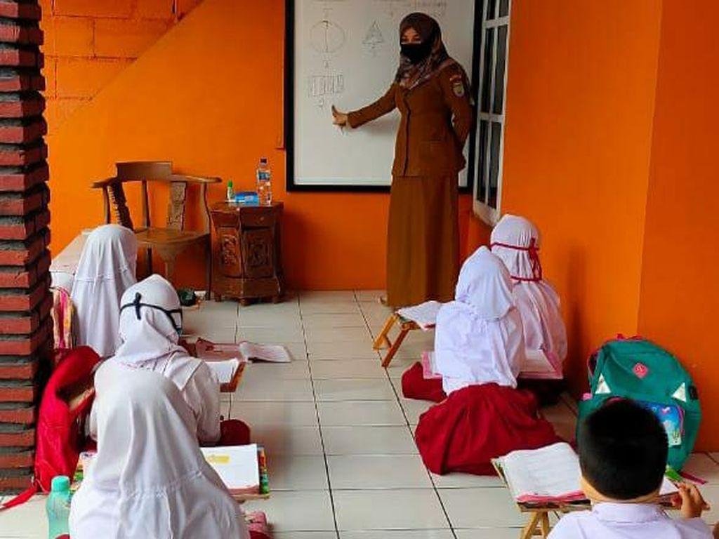 Kesulitan Akses Internet, Pelajar di Ciamis Ambil Tugas ke Sekolah