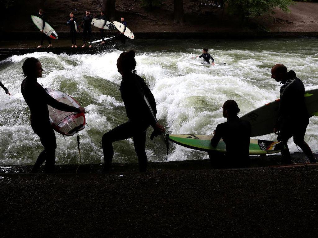 Serunya Surfer Jerman Taklukkan Ombak Buatan di Sungai Eisbach