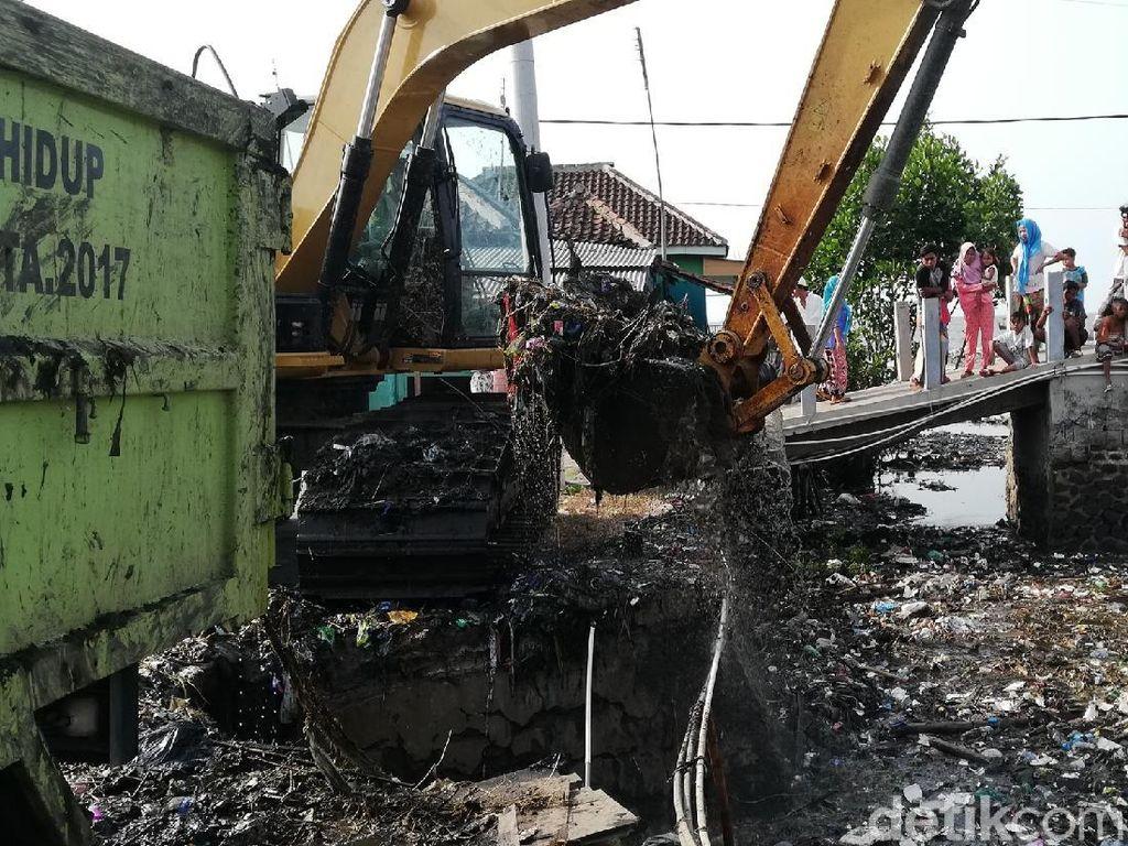 Terkendala Alat, Pembersihan Sungai Penuh Sampah di Pasuruan Dihentikan