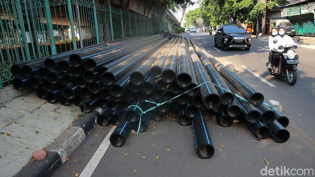 Terlalu! Kabel Proyek Tutup Setengah Badan Jalan di Kampung Melayu
