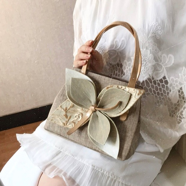 3D-Flower tote bag menjadi salah satu tren model tas yang kekinian di tahun 2020.
