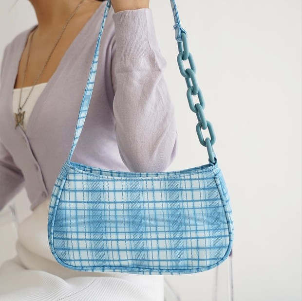 Plaid baguette bag menjadi salah satu tren model tas yang kekinian di tahun 2020.