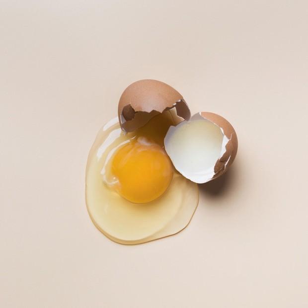pisahkan putih telur dengan kuning telur