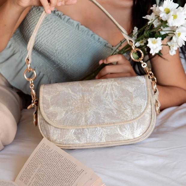 Baguette bag menjadi salah satu tren model tas yang kekinian di tahun 2020.