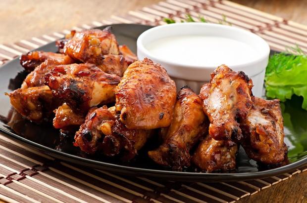 letakkan ayam yang sudah dimasak pada wadah yang kedap udara.