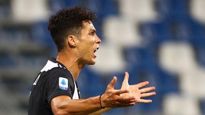 REGGIO NELLEMILIA, ITALY - JULY 15:  Cristiano Ronaldo of Juventus FC reacts during the Serie A match between US Sassuolo and Juventus at Mapei Stadium - Citta del Tricolore on July 15, 2020 in Reggio nellEmilia, Italy.  (Photo by Marco Luzzani/Getty Images)