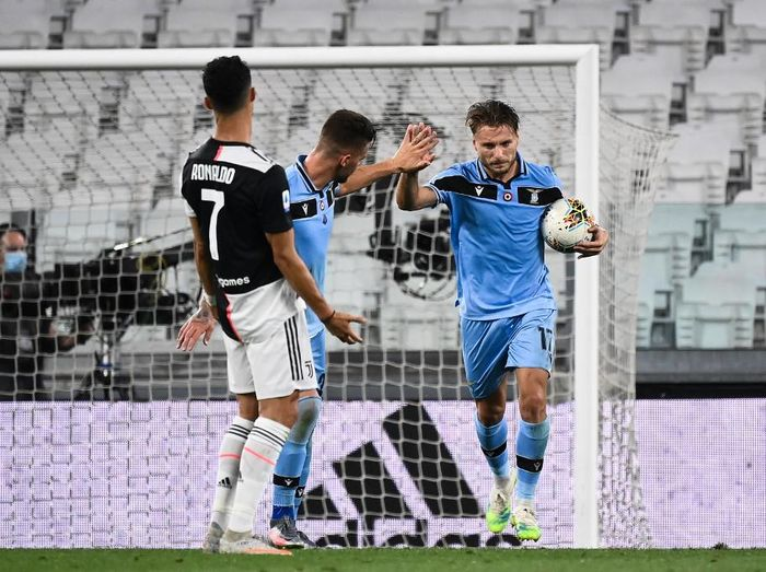 Lazios Italian forward Ciro Immobile (R) celebrates with teammates, next to Juventus Portuguese forward Cristiano Ronaldo reacting, after scoring a goal during the Italian Serie A football match between Juventus and Lazio, on July 20, 2020 at the Allianz stadium, in Turin, northern Italy. (Photo by Marco BERTORELLO / AFP)