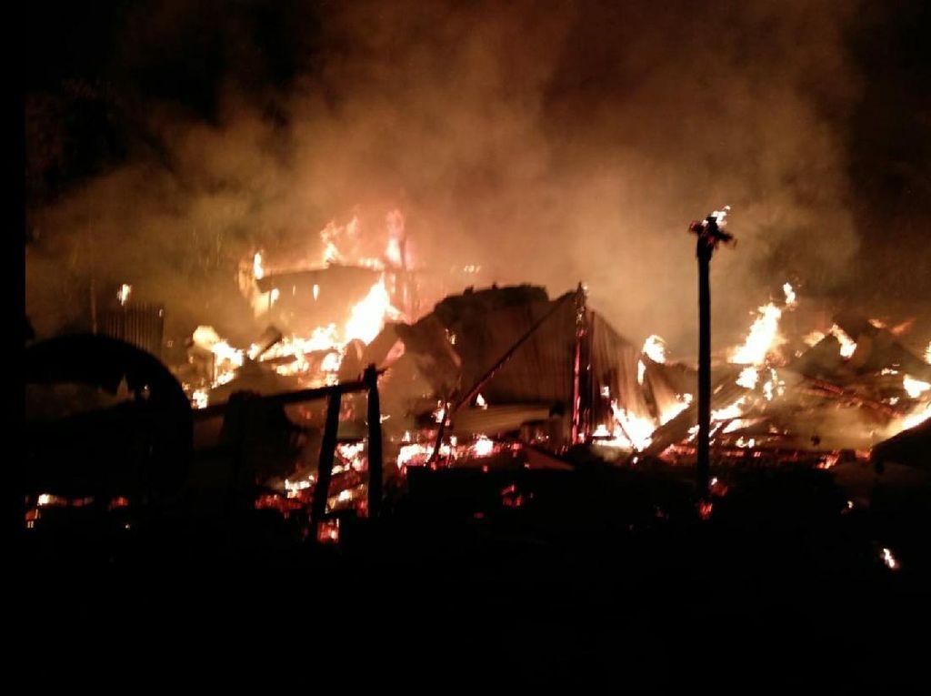 Api Melalap Gudang Mebel di Sukabumi