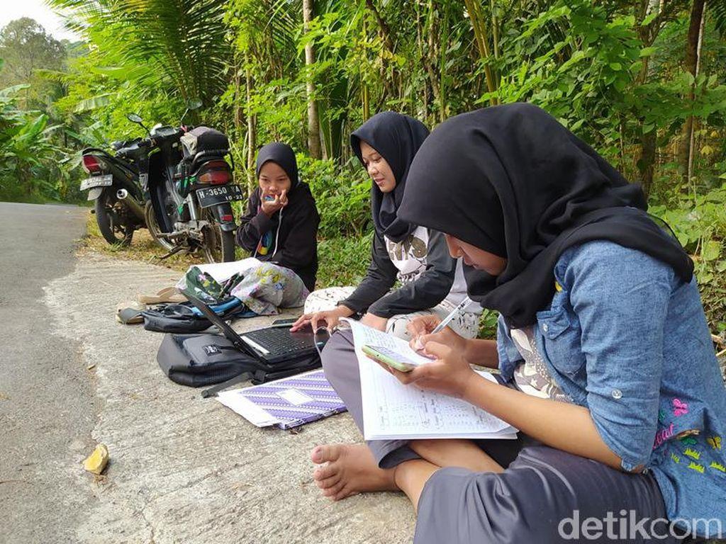 Mahasiswi di Magelang Ini Rela Duduk Pinggir Jalan Demi Kuliah Online