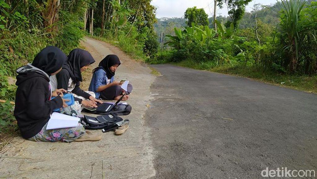 Mahasiswi di Magelang Masih Kesulitan Sinyal untuk Belajar