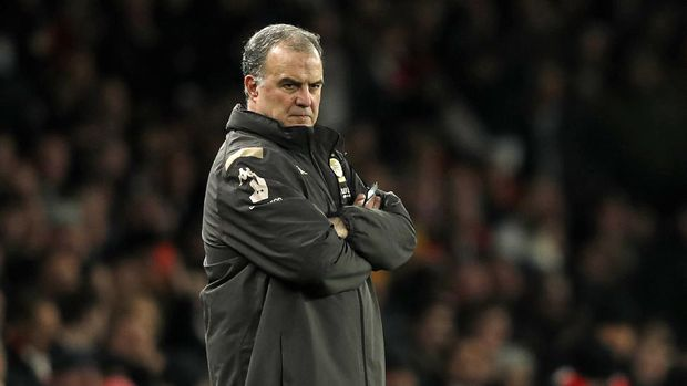 (FILES) In this file photo taken on January 6, 2020 Leeds United's Argentinian head coach Marcelo Bielsa watches from the touchline duirng the English FA Cup third round football match between Arsenal and Leeds United at The Emirates Stadium in London. - For a man nicknamed 'El Loco' (mad man) and with little silverware in his long managerial career, Marcelo Bielsa is an unlikely hero to a younger generation of coaches. However, hordes of Leeds fans will now treat him with similar reverence after he guided one of English football's sleeping giants back to the Premier League after a 16-year wait. (Photo by Adrian DENNIS / AFP)