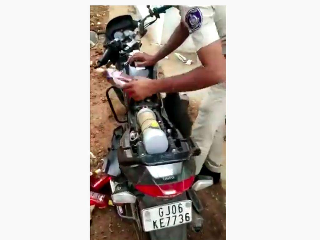 Waduh, Motor Dimodifikasi untuk Selundupkan 20 Botol Miras