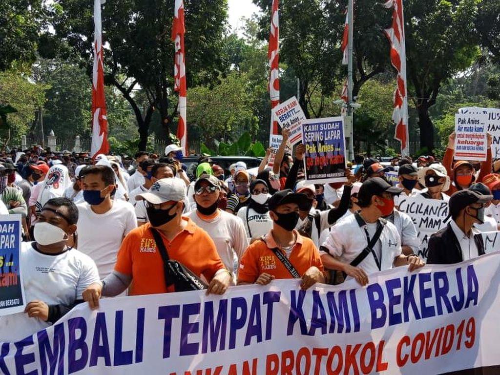 Pekerja Tempat Hiburan Malam Demo di Depan Balai Kota DKI Jakarta
