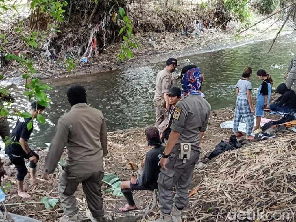 Tak Pakai Masker, 10 Anak Jalanan di Kota Blitar Dihukum Bersihkan Sungai