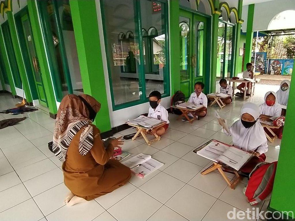 Kala Siswa SD di Ciamis Belajar di Teras Masjid dan Rindu Sekolah