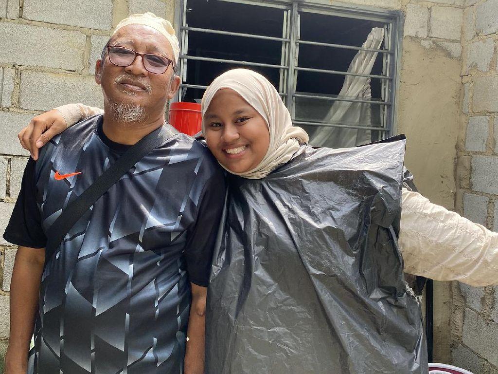 Kisah Haru Wanita yang Nangis Saat Pakai Jas Hujan Plastik Sampah dari Ayah