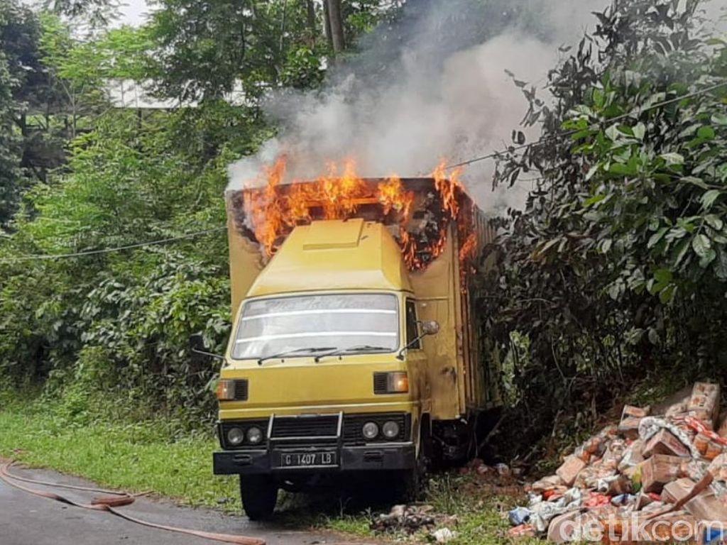 Truk Tak Kuat Nanjak Hantam Tiang Listrik dan Terbakar, 2 Orang Tewas