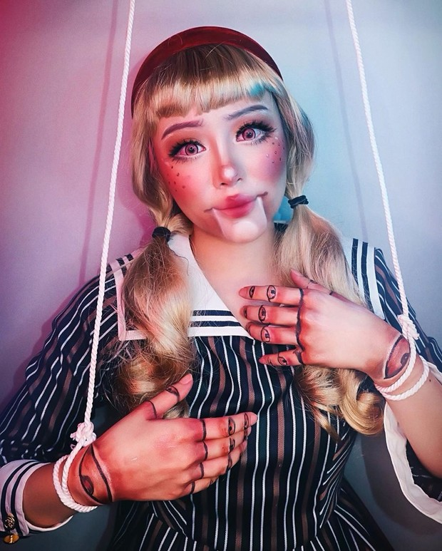 Beauty vlogger Janine Instansari membagikan video tutorial makeup karakter sebuah boneka.