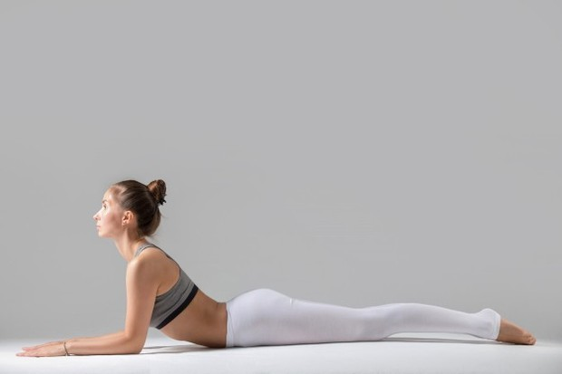 Gerakan sphinx ini merupakan salah satu bagian dari yoga, terutama untuk pemula. Hampir sama dengan gerakan back up, sphinx dimulai dengan tengkurap.