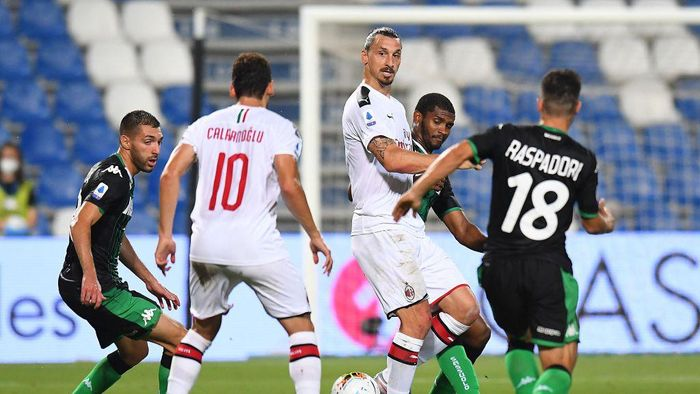 REGGIO NELLEMILIA, ITALY - JULY 21: Zlatan Ibrahimovic of AC Milan in action during the Serie A match between US Sassuolo and AC Milan at Mapei Stadium - Città del Tricolore on July 21, 2020 in Reggio nellEmilia, Italy. (Photo by Alessandro Sabattini/Getty Images)