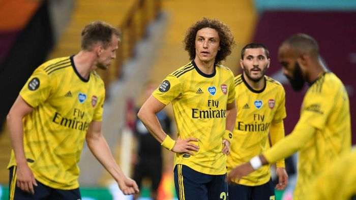 BIRMINGHAM, ENGLAND - JULY 21: David Luiz of Arsenal reacts with his team during the Premier League match between Aston Villa and Arsenal FC at Villa Park on July 21, 2020 in Birmingham, England. Football Stadiums around Europe remain empty due to the Coronavirus Pandemic as Government social distancing laws prohibit fans inside venues resulting in all fixtures being played behind closed doors. (Photo by Peter Powell/Pool via Getty Images)