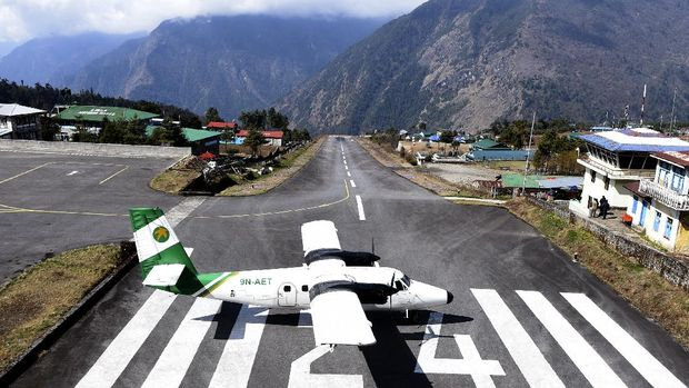 A private aircraft prepares for take off at the Tenzing-Hillary Airport in Lukla, some 140 kms northeast of Kathmandu on March 22, 2020. - Nepal has suspended mountain expeditions and trekking amid the COVID-19 coronavirus outbreak. (Photo by PRAKASH MATHEMA / AFP)