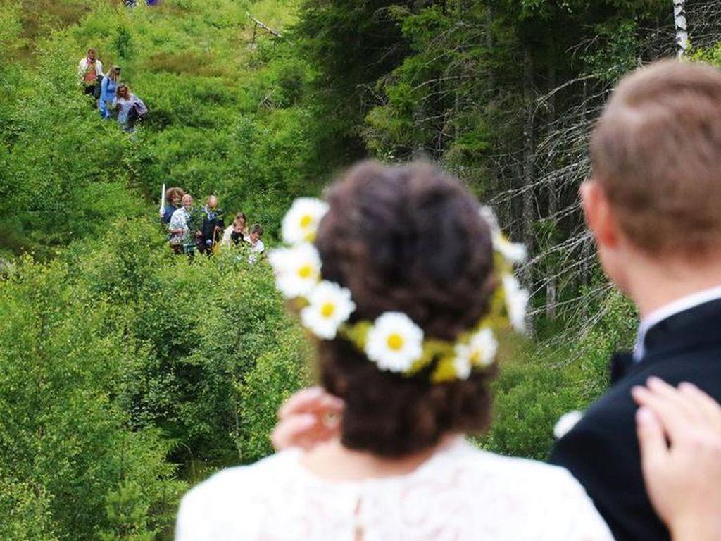 Dampak Corona, Sepasang Kekasih Menikah di Tengah Hutan Swedia-Norwegia
