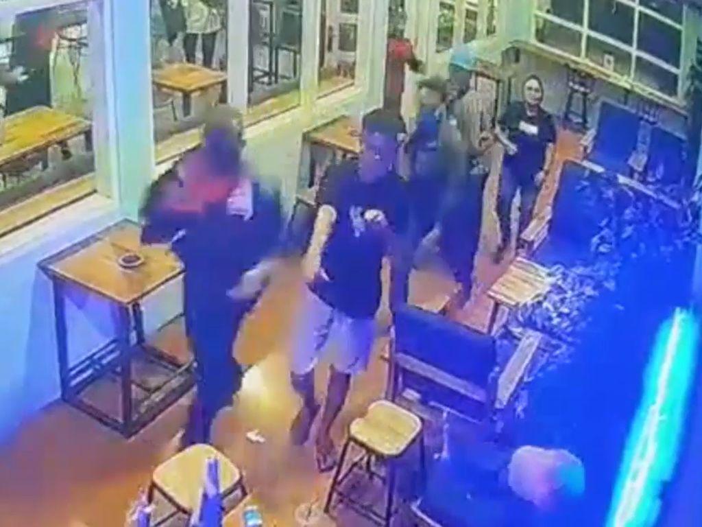 Video Pengunjung Cafe di Makassar Dikeroyok Secara Brutal