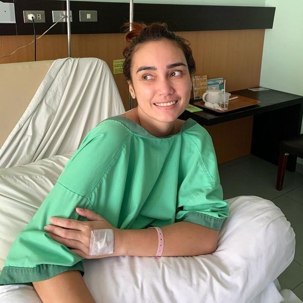 Koleksi foto yang menunjukkan kondisi Feby Febiola yang mengalami kista ovarium dan harus dirawat di rumah sakit.