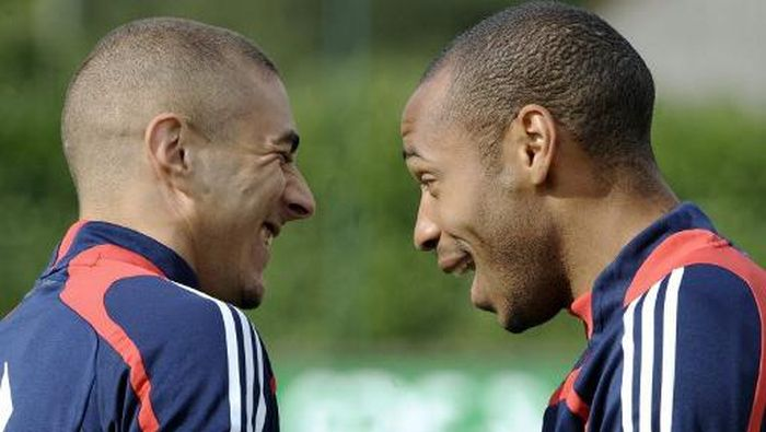 Frances forward Thierry Henry (R) jokes with forward Karim Benzema during a training session in Clairefontaine, south of Paris, on September 3, 2008, three days ahead of the World Cup 2010 qualifying football match against Austria in Vienna.  AFP PHOTO FRANCK FIFE (Photo by FRANCK FIFE / AFP)