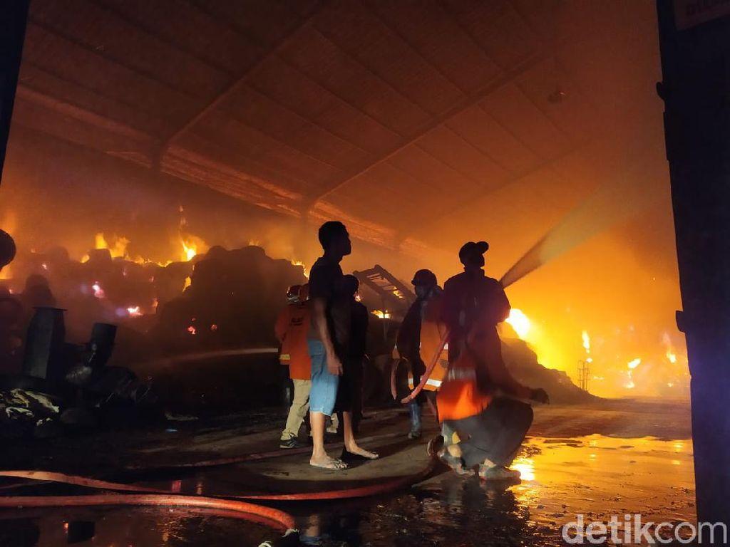 Gudang Pabrik Obat Nyamuk di Mojokerto Membara Dilalap Si Jago Merah