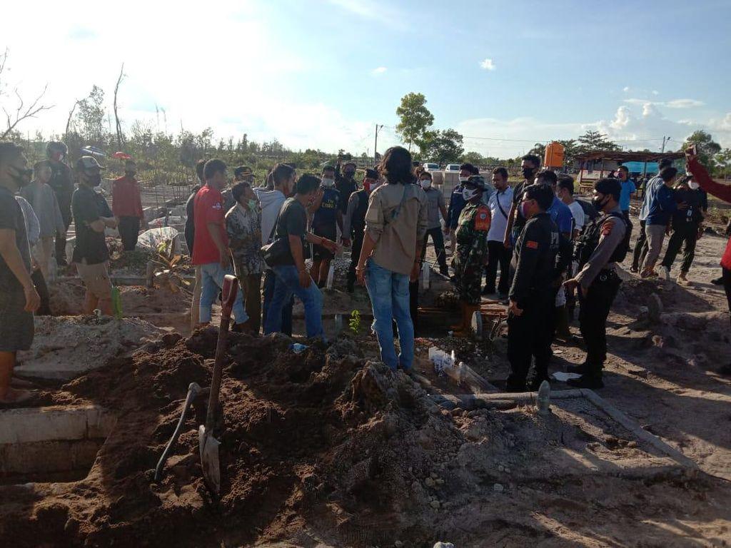 Waduh! Ada Relawan Pemakaman Jenazah COVID-19 Dipukul Pakai Nisan