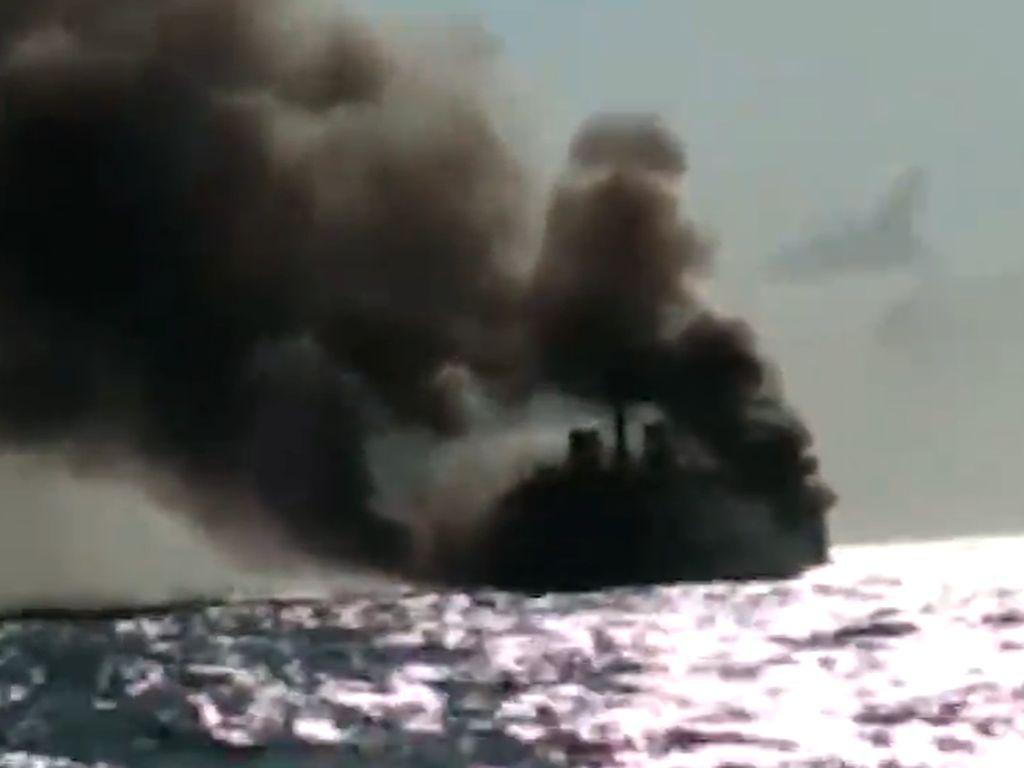 Video Evakuasi Penumpang KM Bahari yang Terbakar di Laut Jawa